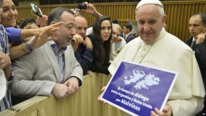 Pope with the message 300x169 Pope Francis has been photographed in the Vatican holding a sign calling for Argentine UK talks about the Falkland Islands, called Malvinas in Argentina. Romano Pisciotti