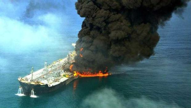 Petroliera in fiamme nel mar cinese è disastro ambientale I rischi delle mega navi, non solo a Venezia Romano Pisciotti